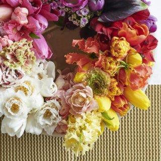 Kranz mit Frühlingsblumen